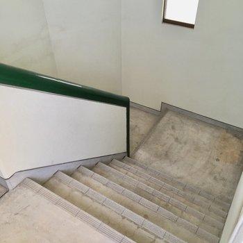 4階まで階段。幅もゆったりなので、両手にレジ袋下げて昇り降りOK!