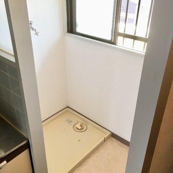 キッチン横に洗濯機置場。窓もあるので、突っ張り棒付けて少しなら洗濯物も干せるかな?
