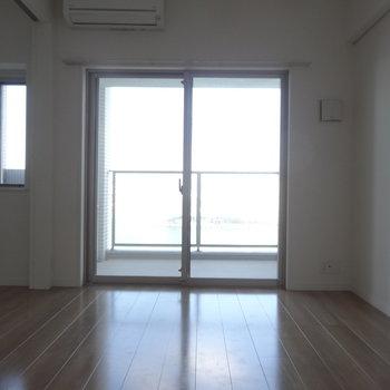 窓の向こうには海!※写真は同間取り別室です。