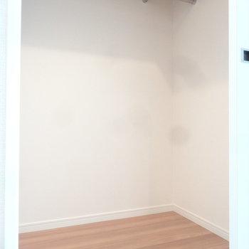 大きなウォークインクローゼットにはしっかり荷物を集約させちゃおう。※写真は同間取り別室です。