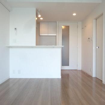 白を基調にしたすっきりとした空間です。※写真は同間取り別室です。