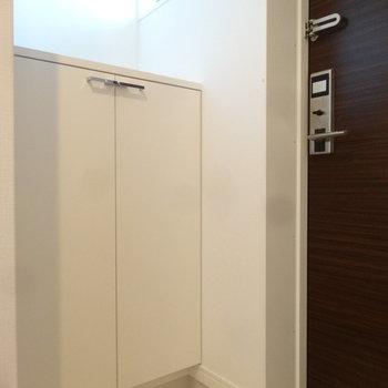 玄関もシンプルで素敵。※写真は同間取り別室です。