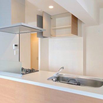 このキッチンの充実ぶり…!冷蔵庫置場は背面に。(※写真は9階の同間取り別部屋のものです)