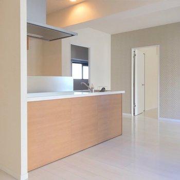 洋室はシンク側に2部屋、コンロ側に1部屋あります。(※写真は9階の同間取り別部屋のものです)
