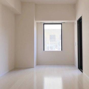 【洋8.1帖】右側の細い窓からは、バルコニーに行けます。(※写真は9階の同間取り別部屋のものです)