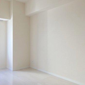 【洋5.5帖】こちらはコンロ側の洋室。夫婦の寝室にしてもいいですね。(※写真は9階の同間取り別部屋のものです)