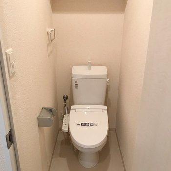 トイレにはウォシュレット付きです。(※写真は9階の同間取り別部屋のものです)