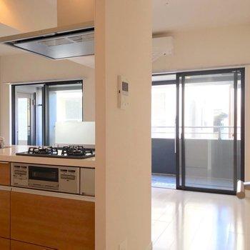 リビングには大きな2つの掃出し窓。白い床が眩しい…!(※写真は9階の同間取り別部屋のものです)