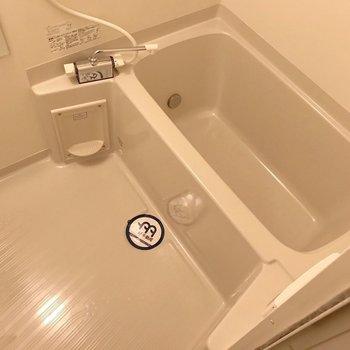 お風呂には追焚機能付きで帰りの時間が違っても安心です。(※写真は9階の同間取り別部屋のものです)