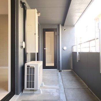 バルコニーはリビングと8.1帖の洋室から行けます。(※写真は9階の同間取り別部屋のものです)