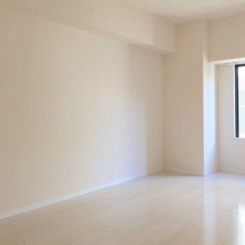 【洋8.1帖】ベッドを2台、並べて置ける広さ。(※写真は9階の同間取り別部屋のものです)