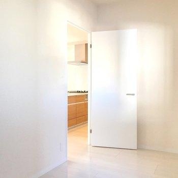 【洋5.8帖】ドアを開けるとすぐにキッチン。料理のいい匂いが漂ってきそう!(※写真は9階の同間取り別部屋のものです)