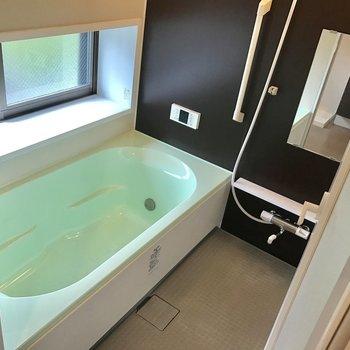 お風呂はひろびろ、窓付き!