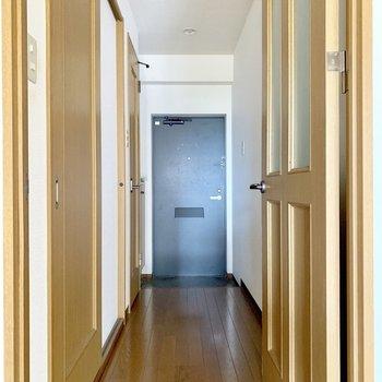 手前に脱衣所、奥にトイレ。(※写真は6階の反転間取り別部屋のものです)