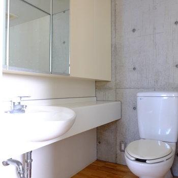 洗面台とトイレは一緒の空間でホテルライク