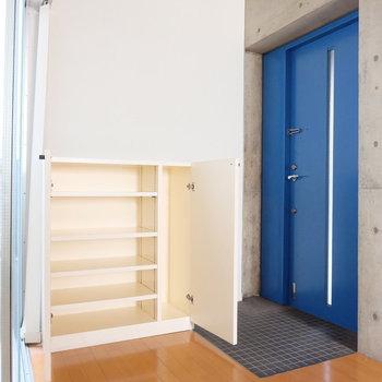 ブルーのドアが可愛い