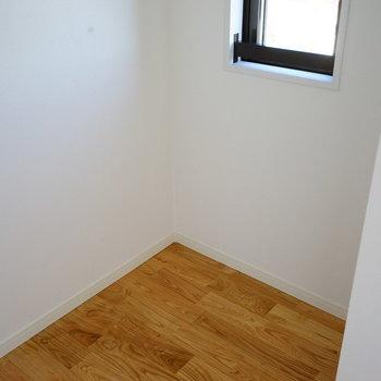 奥のスペースにはシングルベッドも置けますよ!※写真は前回施工の305号室