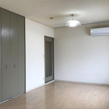 居室の入り口に壁を立てていきます※写真は工事前