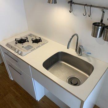 キッチンはゆったり2口ガスです◎※写真はクリーニング前のもの