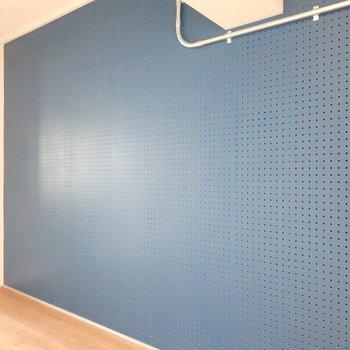 寝室の壁は有孔ボードになっていて、いろいろ掛けたりもできますね