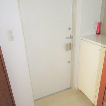 玄関もコンパクトに。(※写真は2階の同間取り別部屋、清掃前のものです)
