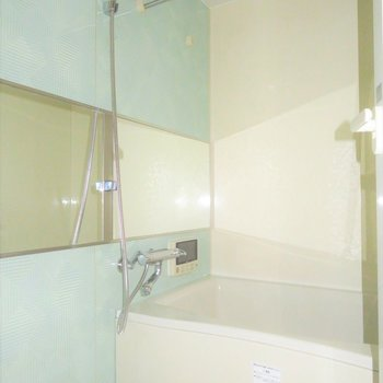 お風呂は水色で爽やかに(※写真は2階の同間取り別部屋、清掃前のものです)