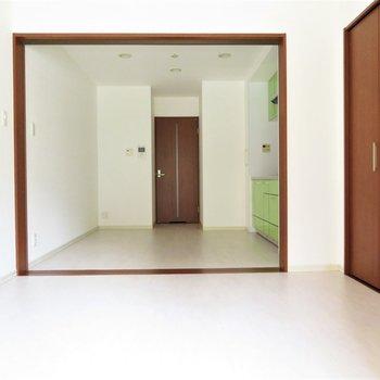 扉を開けると大きな空間(※写真は2階の同間取り別部屋、清掃前のものです)