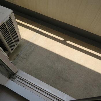 バルコニーは狭め。(※写真は2階の同間取り別部屋、清掃前のものです)