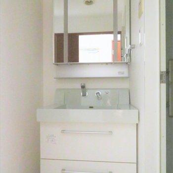 収納たっぷりの洗面台(※写真は2階の同間取り別部屋、清掃前のものです)