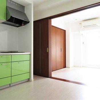 緑のキッチンがアクセント(※写真は2階の同間取り別部屋、清掃前のものです)
