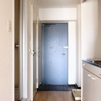 玄関へ続く通路のサイドにキッチンとバスルーム。※写真は7階の同間取り別部屋のものです