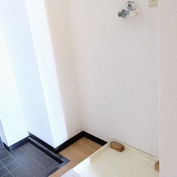 洗濯パンは玄関横に。※写真は7階の同間取り別部屋のものです