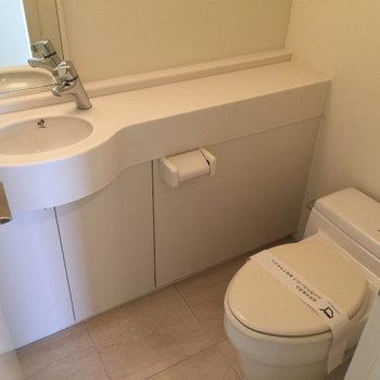 お手洗いは玄関入ってすぐ右。※写真は3,4階のお部屋