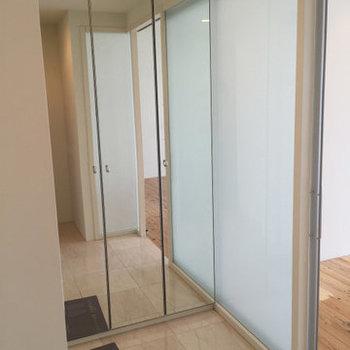 玄関の収納は全面鏡!※写真は3,4階のお部屋