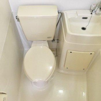 トイレの上部にはタオル掛けがついています。