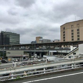 新横浜駅。新幹線が通る、大きな駅です。