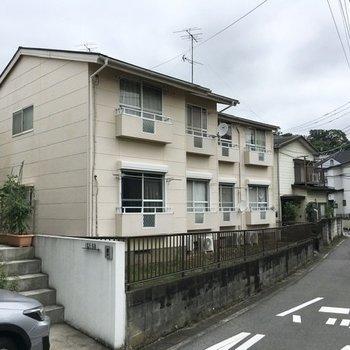 住宅街の一角に位置する、こちらのアパート。