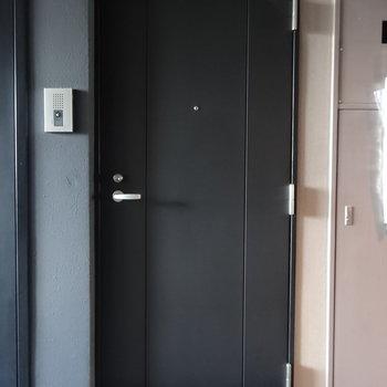 玄関扉どっしり