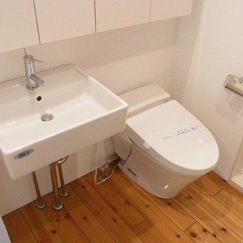 タンクレスのトイレと洗面台。