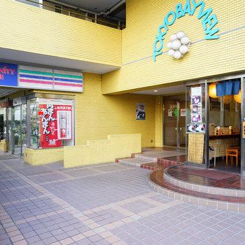 1階には飲食店とコンビニがあります!