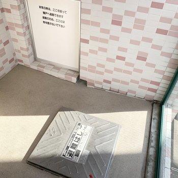 こちらはコンパクトな避難バルコニー。(※写真は11階の同間取り別部屋のものです)