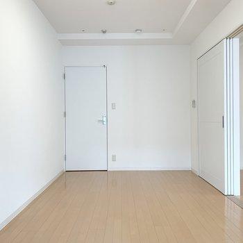 【洋8.4】奥に収納のドア。(※写真は11階の同間取り別部屋のものです)