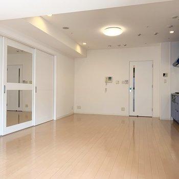 間仕切りの引き戸はLDK側がミラーになっています。(※写真は11階の同間取り別部屋のものです)