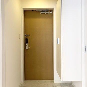 室内の最後は玄関を。(※写真は11階の同間取り別部屋のものです)