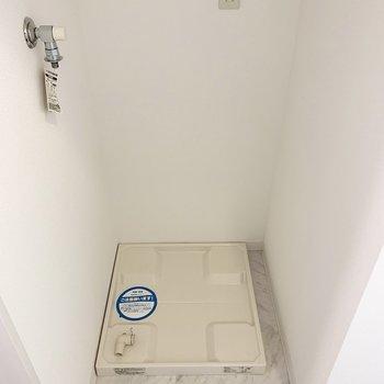 洗濯機置場は奥に。(※写真は11階の同間取り別部屋のものです)
