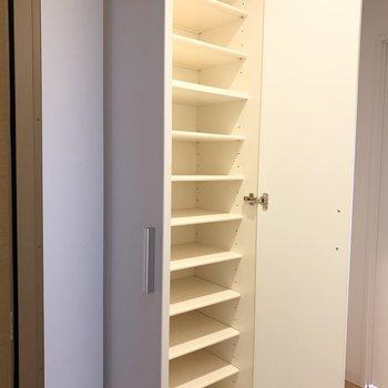 シューズボックスは床から天井までで大容量。(※写真は11階の同間取り別部屋のものです)