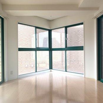 突き出した窓の空間が素敵なお部屋です。(※写真は11階の同間取り別部屋のものです)