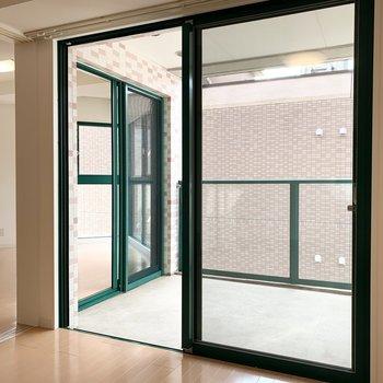 続いてベランダを。洋室とLDKの2方向からアクセスできます。(※写真は11階の同間取り別部屋のものです)