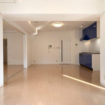 隣の洋室は一つの空間としても、別々の空間でも。(※写真は11階の同間取り別部屋のものです)