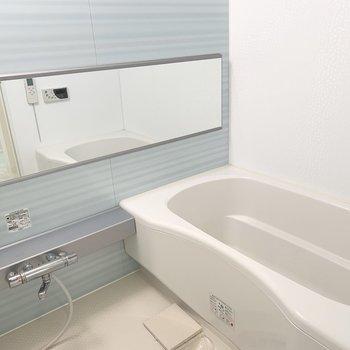 浴室は水色で爽やか。(※写真は11階の同間取り別部屋のものです)